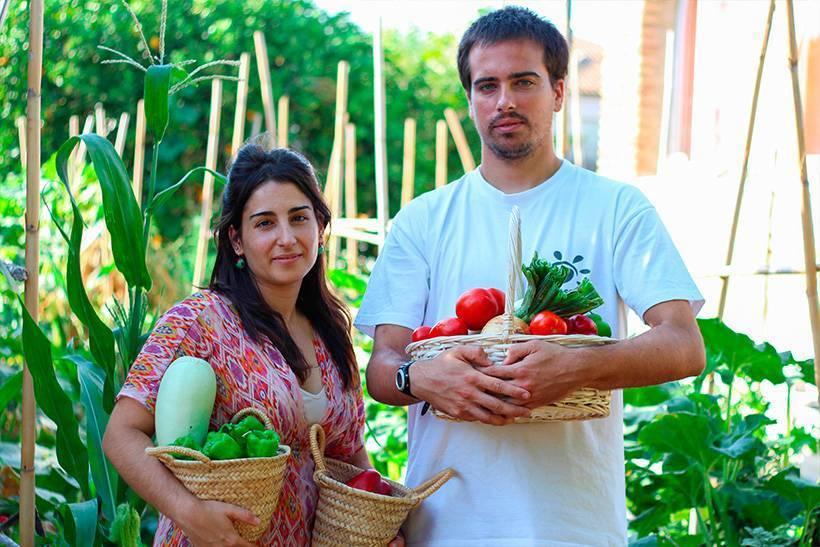 Sara y Federico cosechando frutos ecológicas