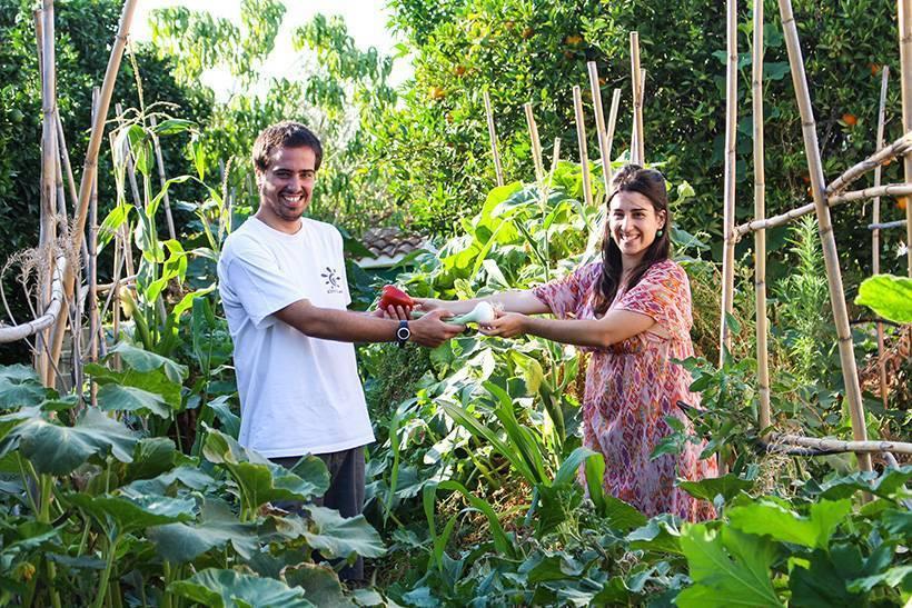 Federico y Sara en su huerta ecológica