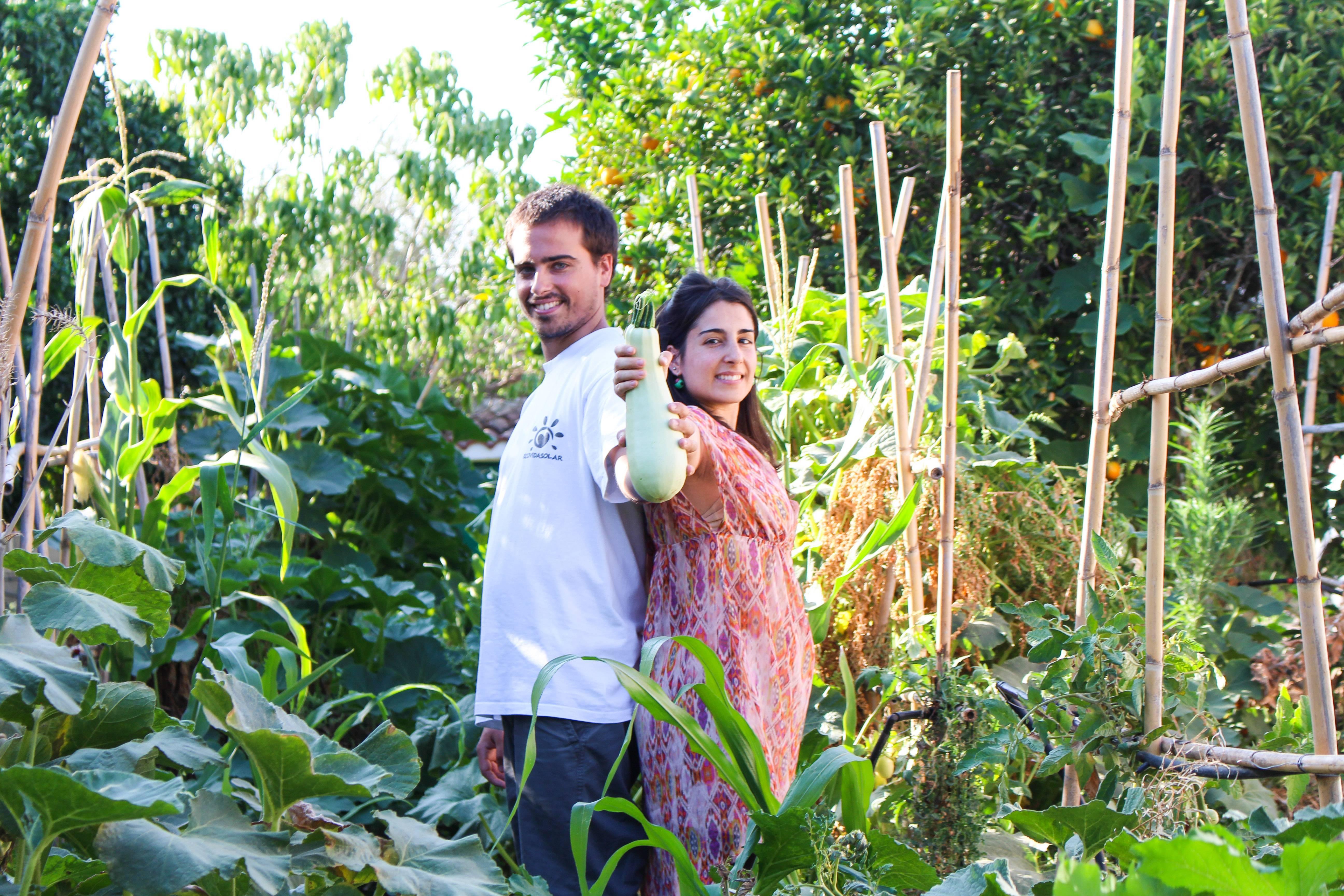 Federico y Sara en su huerta ecologica