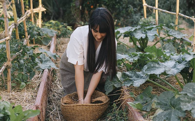 Sara, cosechando algunas verduras en el huerto ecológico